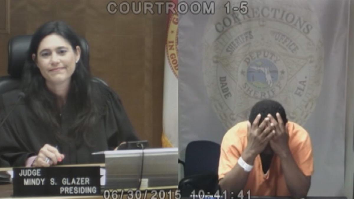 Acusado de roubo se desespera ao reconhecer juíza como sua amiga de infância