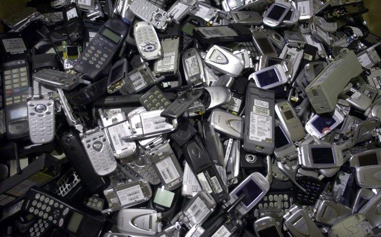 """O """"velho-novo"""" problema dos telefones celulares na prisão"""