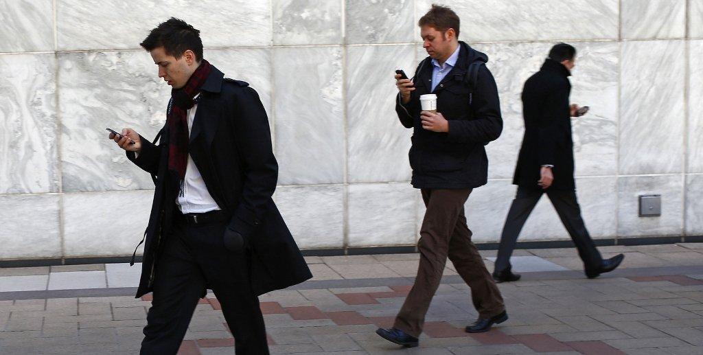 Caminhar olhando para o celular poderá resultar em prisão