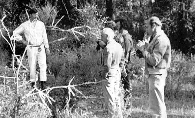 Ed Kemper mostrando aospoliciais onde havia enterradoos corpos