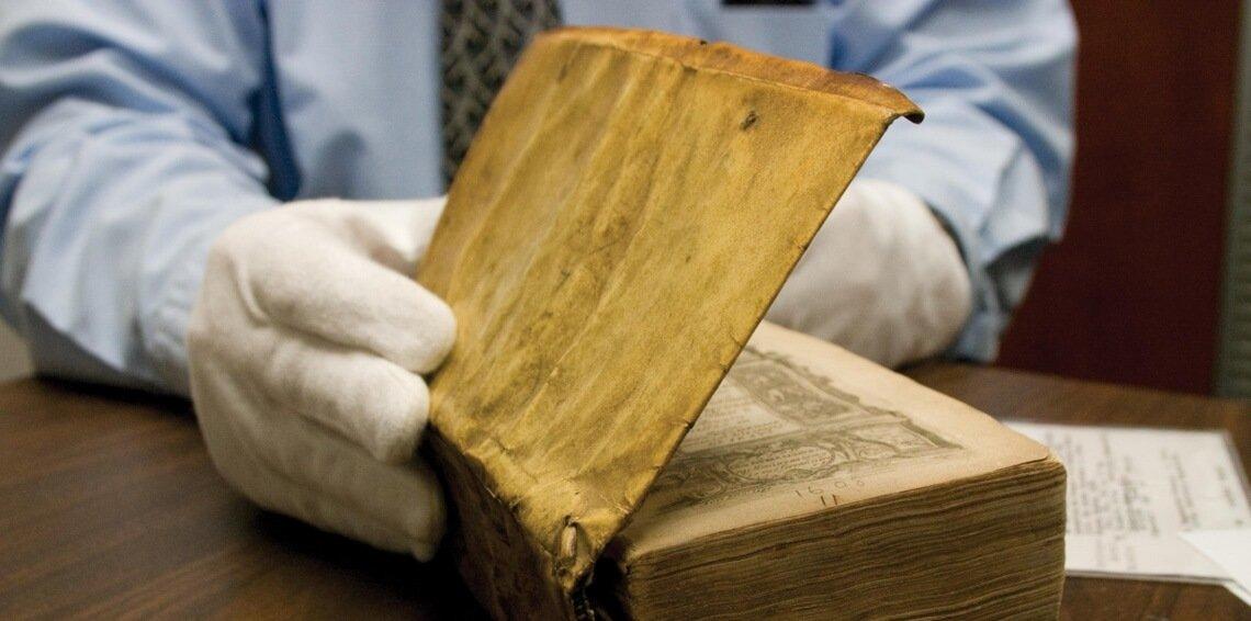 Uma breve história dos livros encadernados com pele humana