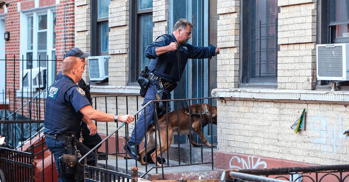 A velha história do policial entrar na casa sem mandado