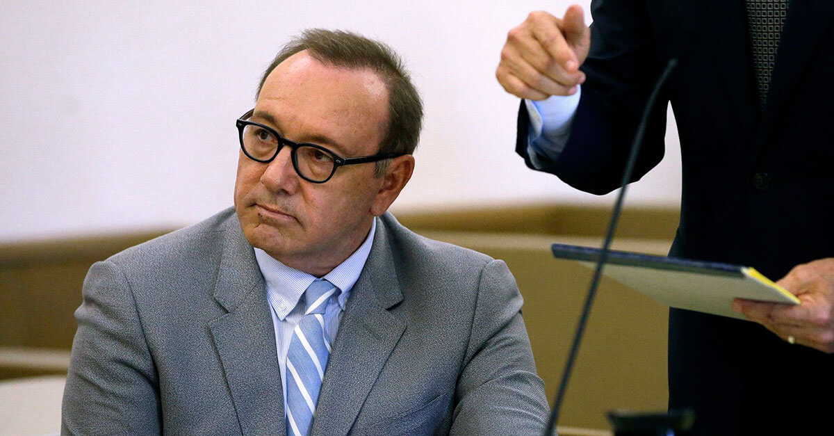 Promotoria retira acusação de abuso sexual contra ator Kevin Spacey