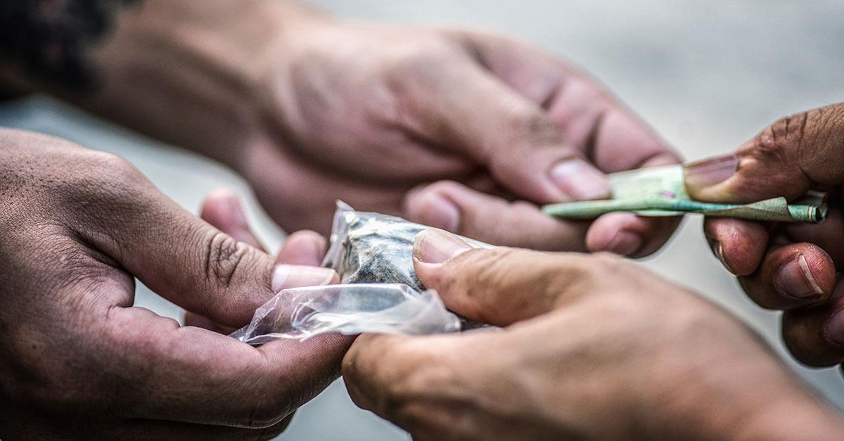 A linha entre usuário e traficante na Lei de Drogas é tênue