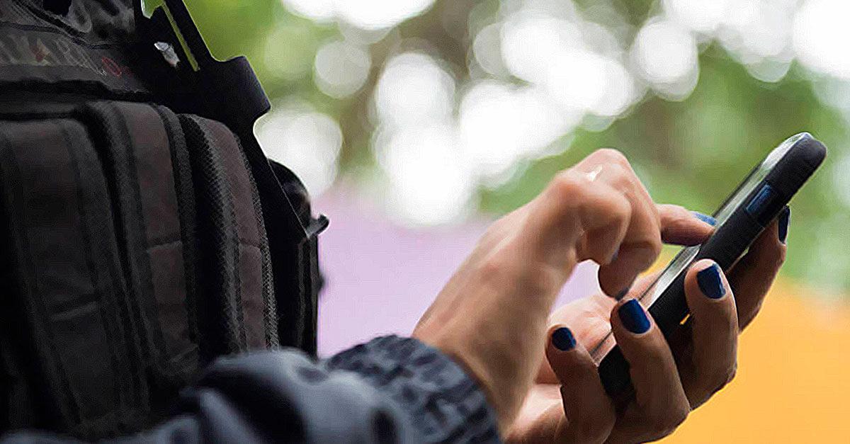 Pode o policial atender o celular da pessoa detida?