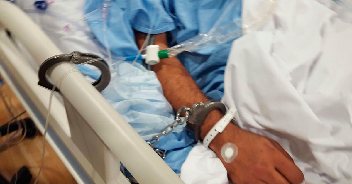 Preso tenta fugir de hospital usando o próprio sangue para se soltar de algema
