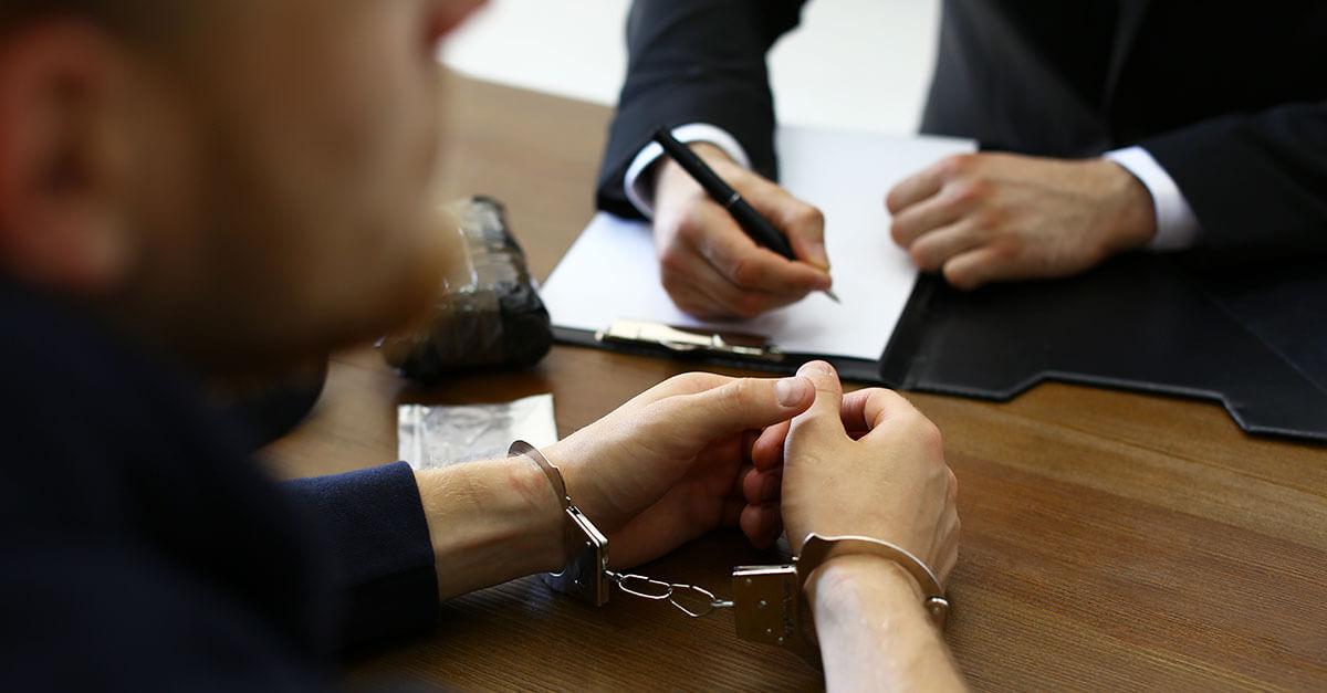 Juiz solta preso por tráfico de drogas após polícia impedir o trabalho do advogado