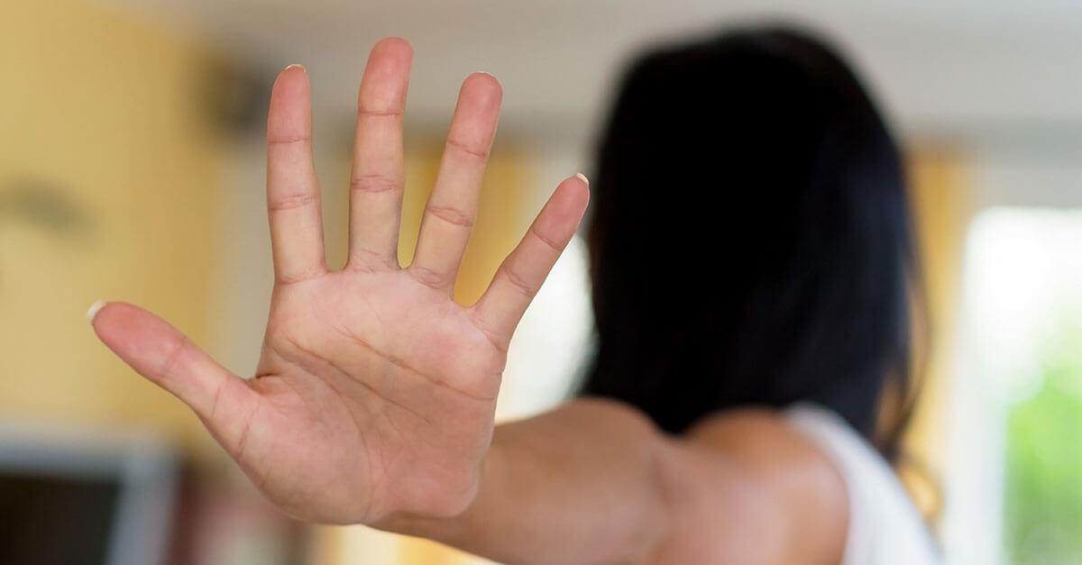 Alegando que mulher tem o direito de ser deixada em paz, juiz proíbe aproximação de seu ex