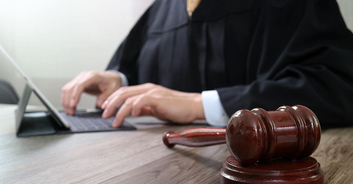 Juiz dá sermão em advogado após se sentir ameaçado por referência à Lei de Abuso de Autoridade