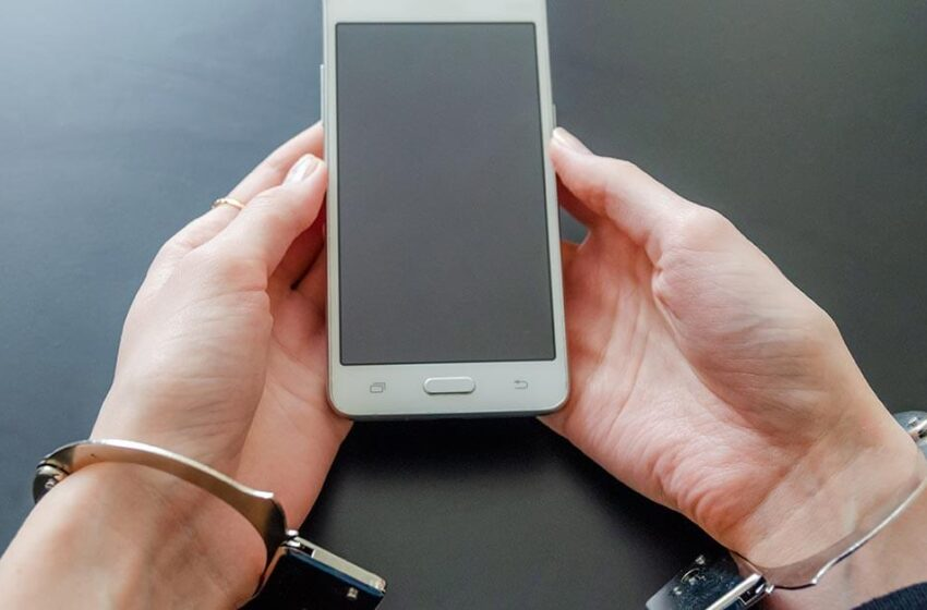 Mantida a condenação de auxiliar de enfermagem que recebia vantagens para entregar celulares a detentos